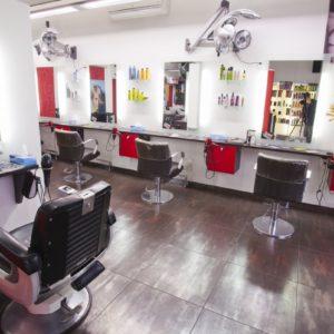 Photographie du salon de coiffure David Art'Coiffure avec les chaises de coiffeur et les miroirs